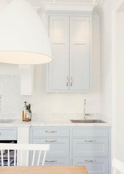 eine klassische himmelblaue landhausk che in schweden. Black Bedroom Furniture Sets. Home Design Ideas