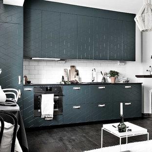 Inspiration för mellanstora moderna linjära kök och matrum, med gröna skåp, mörkt trägolv och svart golv