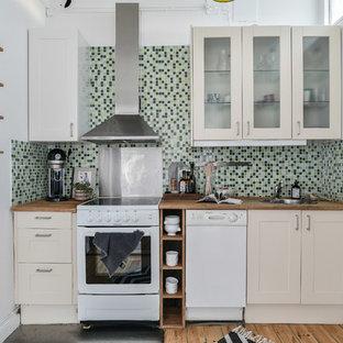 Inspiration för ett avskilt funkis brun linjärt brunt kök, med en nedsänkt diskho, skåp i shakerstil, beige skåp, träbänkskiva, flerfärgad stänkskydd, rostfria vitvaror, mellanmörkt trägolv, brunt golv och stänkskydd i mosaik