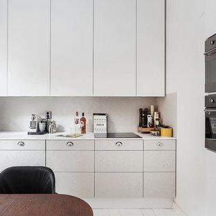 Inredning av ett skandinaviskt mellanstort linjärt kök, med släta luckor