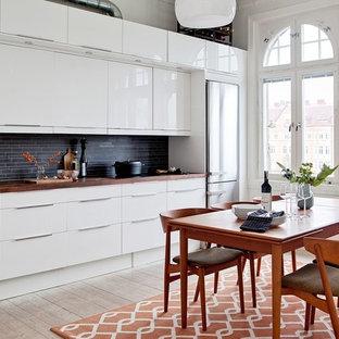 Foto på ett mellanstort funkis kök och matrum, med ljust trägolv och beiget golv