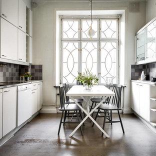 Foto på ett stort skandinaviskt kök och matrum, med en dubbel diskho, släta luckor, vita skåp, flerfärgad stänkskydd och stänkskydd i mosaik