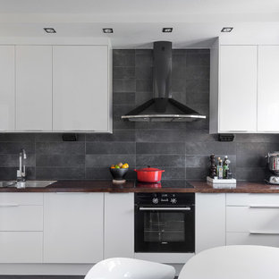 Inspiration för skandinaviska linjära kök och matrum, med en dubbel diskho, släta luckor, vita skåp och grått stänkskydd