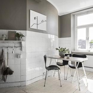 Inredning av ett industriellt mellanstort kök och matrum, med målat trägolv och vitt golv