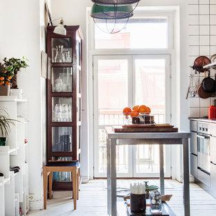 Idéer för ett mellanstort eklektiskt kök, med ljust trägolv, en köksö och beiget golv