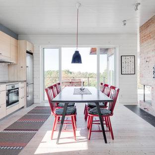 Idéer för att renovera ett lantligt grå linjärt grått kök och matrum, med målat trägolv