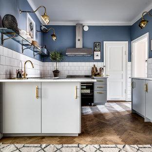 Inspiration för ett avskilt, stort vintage parallellkök, med släta luckor, vita skåp, marmorbänkskiva, vitt stänkskydd, stänkskydd i porslinskakel, mellanmörkt trägolv och brunt golv