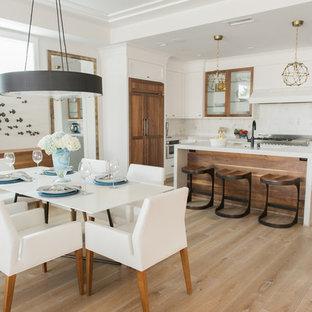 Modern inredning av ett mellanstort linjärt kök, med luckor med infälld panel, vita skåp, laminatbänkskiva, mellanmörkt trägolv och en köksö