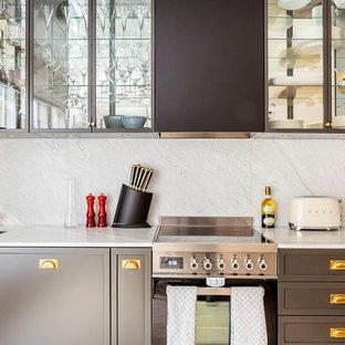 Inspiration för ett mellanstort vintage linjärt kök, med en enkel diskho, luckor med glaspanel, grå skåp, marmorbänkskiva, grått stänkskydd och rostfria vitvaror