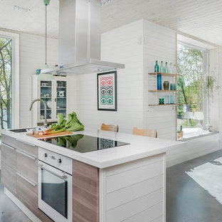 Foto på ett mellanstort funkis kök med öppen planlösning, med en köksö