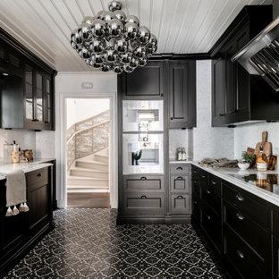 Idéer för ett minimalistiskt vit u-kök, med en undermonterad diskho, luckor med infälld panel, svarta skåp, vitt stänkskydd, rostfria vitvaror och svart golv