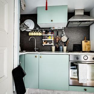 ストックホルムの小さい北欧スタイルのおしゃれなキッチン (フラットパネル扉のキャビネット、ターコイズのキャビネット、アイランドなし) の写真