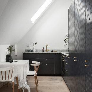 Idéer för att renovera ett mellanstort funkis l-kök, med släta luckor, marmorbänkskiva och svarta skåp