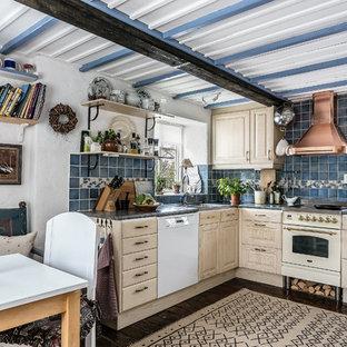 Idéer för att renovera ett litet lantligt grå grått kök, med beige skåp, granitbänkskiva, blått stänkskydd, vita vitvaror, tegelgolv, brunt golv, en dubbel diskho och luckor med upphöjd panel