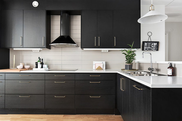 Scandinavian Kitchen by SkandiaMäklarna Nacka