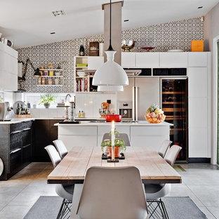 Idéer för mellanstora funkis kök med öppen planlösning, med släta luckor, vita skåp, vitt stänkskydd, rostfria vitvaror och en köksö
