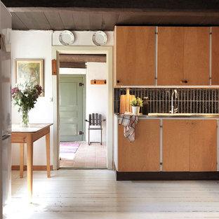 Idéer för ett lantligt linjärt kök, med släta luckor, skåp i mellenmörkt trä, svart stänkskydd, stänkskydd i stickkakel, målat trägolv och vitt golv