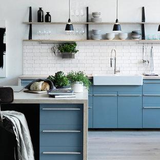 Inspiration för stora nordiska beige parallellkök, med träbänkskiva, en köksö, en rustik diskho, släta luckor, blå skåp, vitt stänkskydd, stänkskydd i keramik, integrerade vitvaror, ljust trägolv och beiget golv