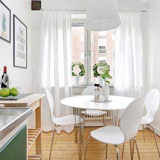 Inspiration för skandinaviska linjära kök och matrum, med släta luckor, gröna skåp, bänkskiva i rostfritt stål, vitt stänkskydd, mellanmörkt trägolv, en integrerad diskho och beiget golv