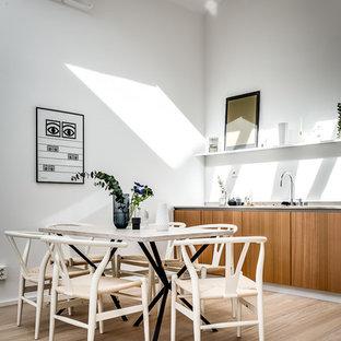 Idéer för ett skandinaviskt linjärt kök och matrum, med släta luckor, skåp i mellenmörkt trä, ljust trägolv och beiget golv