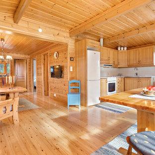 Idéer för att renovera ett mellanstort nordiskt kök, med luckor med upphöjd panel, skåp i ljust trä, vitt stänkskydd, vita vitvaror och ljust trägolv
