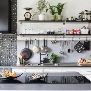Idéer för mellanstora minimalistiska l-kök, med luckor med infälld panel, vita skåp, grått stänkskydd och stänkskydd i keramik
