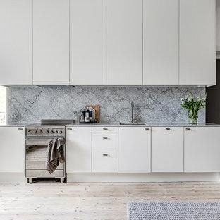 Idéer för att renovera ett mellanstort skandinaviskt linjärt kök, med släta luckor, vita skåp och ljust trägolv