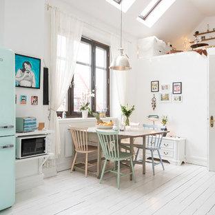 Immagine di una cucina ad ambiente unico nordica di medie dimensioni con lavello stile country, elettrodomestici colorati, pavimento in legno verniciato, nessuna isola, ante con bugna sagomata, ante bianche e top in legno
