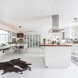 Idéer för att renovera ett stort skandinaviskt kök och matrum, med målat trägolv, vitt golv, vita skåp, träbänkskiva, fönster som stänkskydd, rostfria vitvaror och en köksö