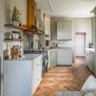 Foto på ett mellanstort vintage kök, med skåp i shakerstil, marmorbänkskiva, en rustik diskho, grå skåp, integrerade vitvaror, mellanmörkt trägolv och brunt golv