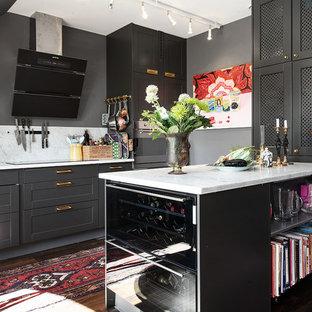 Inspiration för mellanstora industriella kök, med en enkel diskho, luckor med infälld panel, grå skåp, marmorbänkskiva, grått stänkskydd, rostfria vitvaror och mörkt trägolv