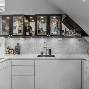 Idéer för små funkis vitt u-kök, med en enkel diskho, släta luckor, vita skåp, grått stänkskydd och stänkskydd i marmor