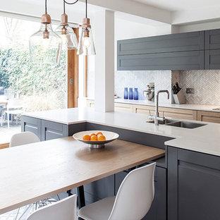 Bild på ett mellanstort vintage kök, med en undermonterad diskho, skåp i shakerstil, grå skåp, grått stänkskydd, stänkskydd i mosaik och en köksö