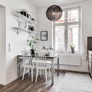 Inspiration för mellanstora skandinaviska linjära kök, med släta luckor, skåp i ljust trä, brunt stänkskydd, stänkskydd i stickkakel och brunt golv