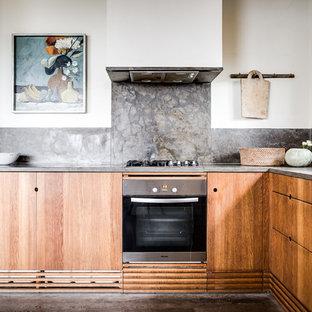Idéer för små skandinaviska l-kök, med släta luckor, skåp i mellenmörkt trä, grått stänkskydd och stänkskydd i sten
