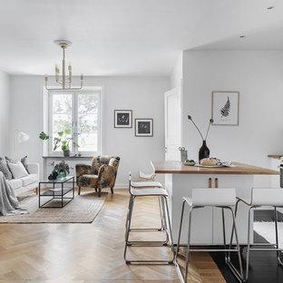 Inspiration för ett nordiskt brun brunt kök, med släta luckor, vita skåp, träbänkskiva, vitt stänkskydd, vita vitvaror, mörkt trägolv, en köksö och svart golv
