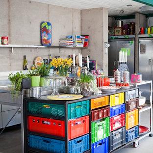 Idéer för stora eklektiska linjära kök med öppen planlösning, med öppna hyllor, bänkskiva i rostfritt stål, rostfria vitvaror, betonggolv och flera köksöar
