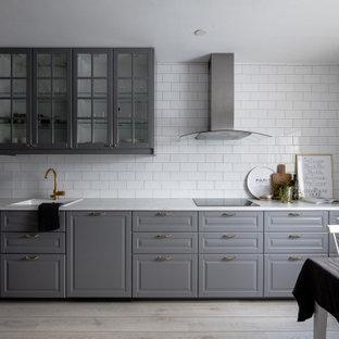 Idéer för mellanstora nordiska vitt kök, med en nedsänkt diskho, luckor med upphöjd panel, grå skåp, bänkskiva i koppar, vitt stänkskydd, stänkskydd i tunnelbanekakel, ljust trägolv och beiget golv