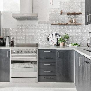 Inspiration för moderna l-kök, med släta luckor, grå skåp, grått stänkskydd och rostfria vitvaror