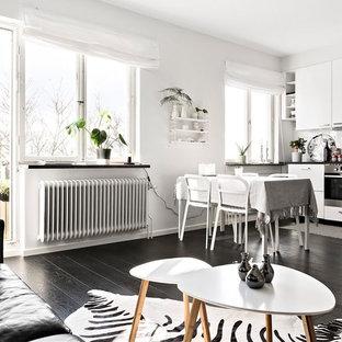 Idéer för mellanstora minimalistiska kök, med svart golv och mörkt trägolv