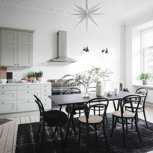 Exempel på ett nordiskt vit vitt kök, med skåp i shakerstil, gröna skåp, vitt stänkskydd, stänkskydd i tunnelbanekakel, rostfria vitvaror, målat trägolv och vitt golv