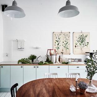 Idee per una cucina nordica di medie dimensioni con ante lisce, ante turchesi, top in legno e nessuna isola