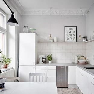Immagine di una cucina scandinava di medie dimensioni con ante bianche, top in cemento, paraspruzzi bianco, nessuna isola, pavimento beige, top grigio, lavello sottopiano, ante lisce e parquet chiaro