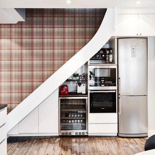 Inspiration för ett skandinaviskt linjärt kök och matrum, med släta luckor, vita skåp, rostfria vitvaror, mörkt trägolv och granitbänkskiva