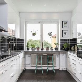 Exempel på ett mellanstort eklektiskt grå grått u-kök, med släta luckor, vita skåp, laminatbänkskiva, svart stänkskydd, en enkel diskho, rostfria vitvaror och grått golv