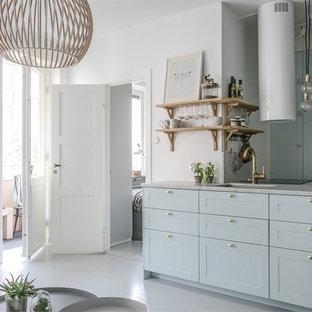 Foto på ett litet minimalistiskt kök, med en halv köksö, marmorbänkskiva, målat trägolv, vitt golv, en enkel diskho och skåp i shakerstil