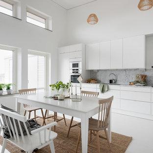 Idéer för ett stort nordiskt linjärt kök och matrum, med släta luckor, vita skåp, marmorbänkskiva, grått stänkskydd, stänkskydd i marmor, vita vitvaror, målat trägolv och vitt golv