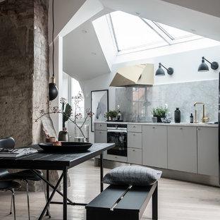 Idéer för ett stort nordiskt linjärt kök med öppen planlösning, med en enkel diskho, släta luckor, vita skåp, marmorbänkskiva, grått stänkskydd och ljust trägolv