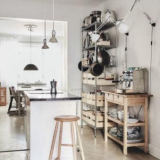 Inredning av ett nordiskt litet kök med öppen planlösning, med öppna hyllor, skåp i ljust trä, ljust trägolv, en köksö och beiget golv