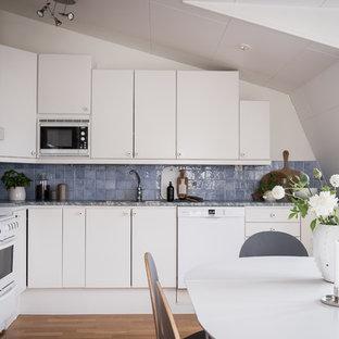 Idéer för skandinaviska blått kök, med släta luckor, vita skåp, mellanmörkt trägolv och brunt golv